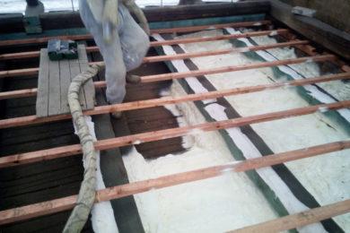 Tepelná izolace podlahy půdy měkkou PUR pěnou do připravené konstrukce