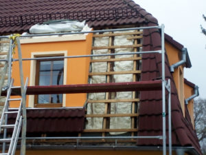 Tepelná izolace střechy pod krokvemi měkkou PUR pěnou.