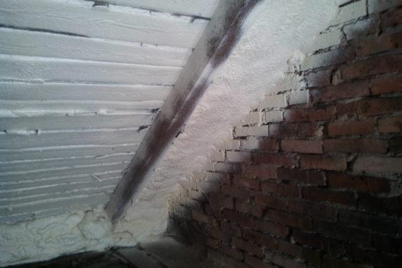 Tepelná izolace podkroví, Stříkaná izolace - PUR pěna