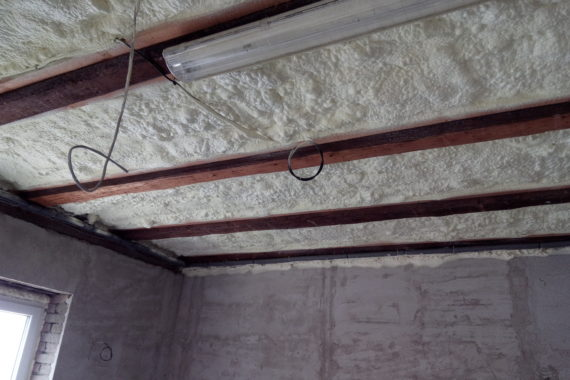 Zateplení stropu, stříkaná izolace, pur izolace, pur pěna