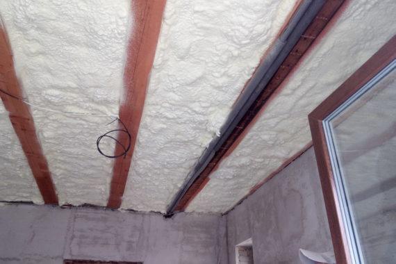 Tepelná izolace stropu. Stříkaná izolace - PUR pěna
