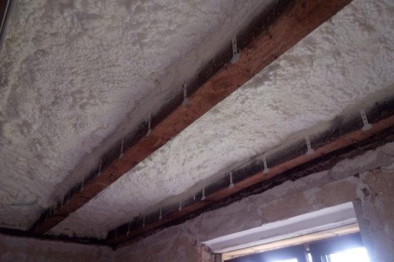 Tepelná izolace stropu, stříkaná izolace, izolace pěnou, PUR pěna