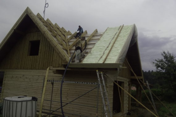 Zateplení střechy PUR pěna, stříkaná izolace, izolace roubenky, izolace dřevostavby