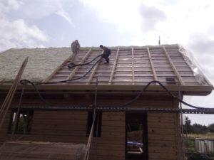Stříkaná izolace střechy dřevostavby, PUR pěna, izolace pěnou