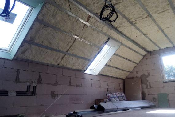 izolace podkroví, zateplení podkroví, stříkaná izolace, PUR pěna
