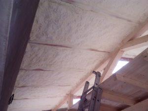 Tepelná izolace roubeného podkroví, zateplení podkroví, stříkaná izolace podkroví, izolace pěnou, PUR pěna