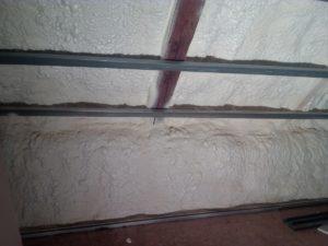 stříkaná izolace stěn místnosti, PUR pěna, pěnová izolace,