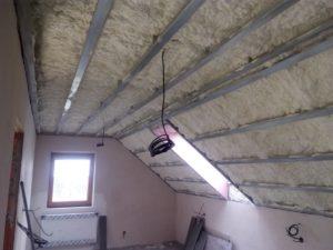 zateplení obytného podkroví do sádrokartonové konstrukce,stříkaná izolace, PUR pěna