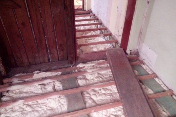 Izolace podlahy se záklopem deskami. Stříkaná izolace, PUR pěna
