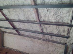 tepelná izolace stěn do sádrokartonové konstrukce, stříkaná izolace, izolace pěnou, PUR pěna,