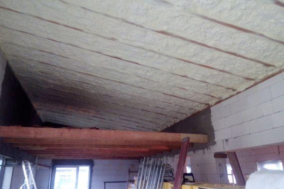 tepelná izolace stropu bungalovu, stříkaná izolace, izolace podkroví, PUR pěna