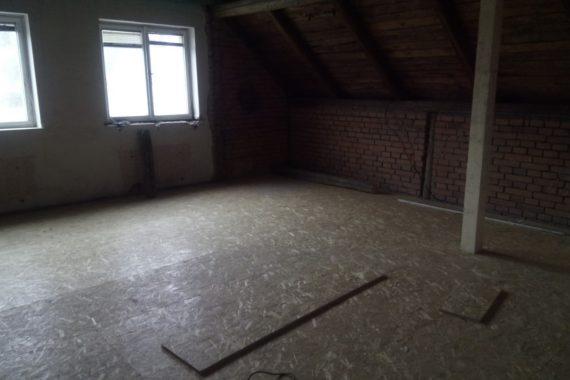 Tepelná izolace podlahy prvního poschodí stříkanou PUR pěnou