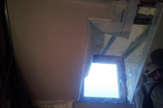 stříkaná izolace stěn se záklopem OSB deskami, tepelná izolace, izolace pěnou, PUR pěna,