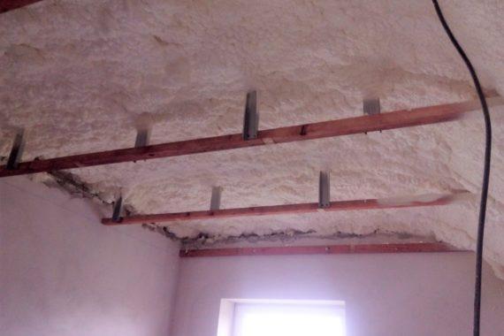 zateplení stropu, izolace pěnou, stříkaná izolace, PUR pěna