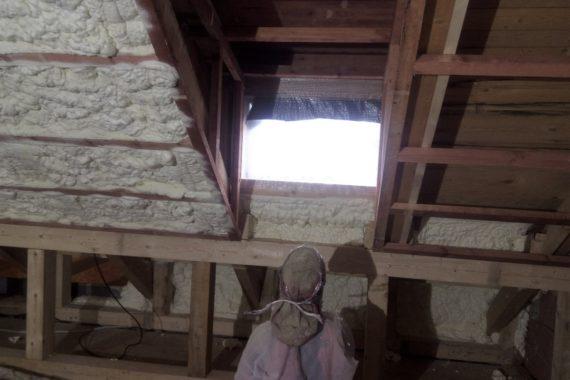 tepelná izolace podkroví, zateplení půdy, stříkaná izolační pěna, PUR izolace