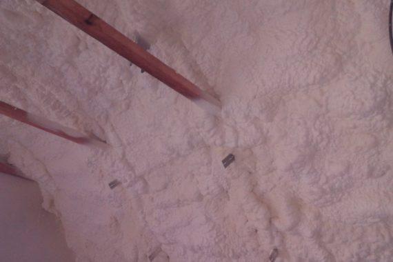 zateplení interiérů, vnitřní izolace místnosti. Stříkaná PUR pěna, pěnová izolace