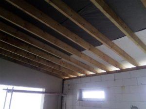 izolace mezi trámy, izolace na bednění, izolace bungalovu, stříkaná izolace, izolace pěnou, PUR izolace