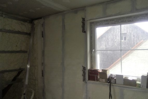 tepelná izolace stěny, stříkaná izolace, izolace podkroví, chytrá pěna