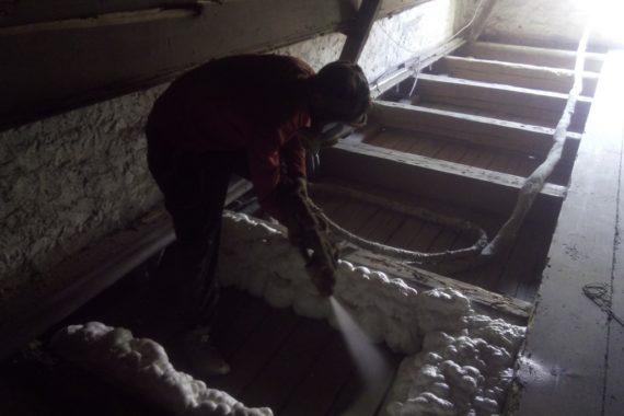 Zateplení podlahy půdy, tepelná izolace podlahy, stříkaná izolace, PUR pěna
